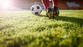 Voetbal of voetbalster die zich met bal op het gebied voor Ki bevinden Stock Fotografie