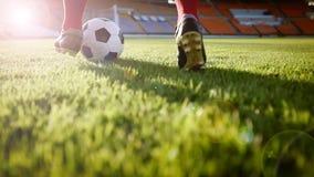 Voetbal of voetbalster die zich met bal op het gebied voor Ki bevinden Royalty-vrije Stock Foto