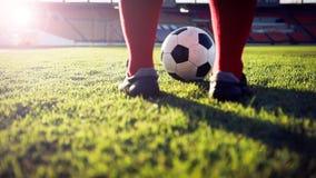 Voetbal of voetbalster die zich met bal op het gebied voor Ki bevinden Royalty-vrije Stock Foto's