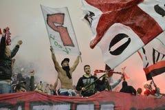 Voetbal of voetbalverdedigers met vlaggen stock foto's