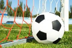 Voetbalbal dichtbij netto stock afbeeldingen