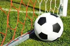 Voetbalbal dichtbij netto royalty-vrije stock foto's