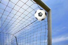 Voetbalbal in doel Stock Fotografie