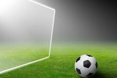 Voetbalbal, doel, schijnwerper Stock Fotografie