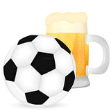 Voetbalbal en een mok bier royalty-vrije illustratie