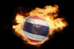 Voetbalbal met de vlag van Thailand op brand Stock Foto
