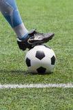 Voetbalbal met zijn voeten stock foto's