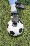 Voetbalbal met zijn voeten royalty-vrije stock fotografie
