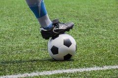 Voetbalbal met zijn voeten royalty-vrije stock foto's