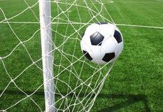 Voetbalbal in netto royalty-vrije stock foto