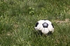 Voetbalbal op gras Stock Fotografie