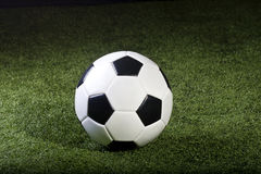 Voetbalbal op gras Royalty-vrije Stock Afbeelding