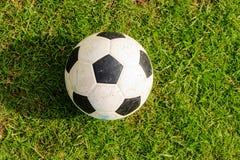 Voetbalbal op groen gras Royalty-vrije Stock Fotografie