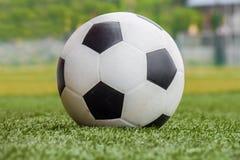 Voetbalbal op het gras royalty-vrije stock afbeelding