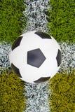 Voetbalbal op het gras royalty-vrije stock foto