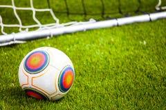 Voetbalbal op het voetbalgebied Stock Fotografie