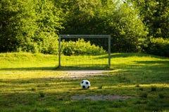 Voetbalbal op sanctievlek in natuurlijke voetbalgrond royalty-vrije stock fotografie