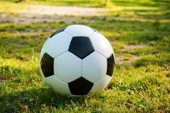 Voetbalbal op sanctievlek in natuurlijke voetbalgrond stock afbeelding
