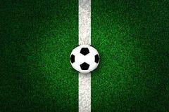 Voetbalbal op wit die lijn merken Stock Foto's