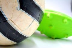 Voetbalbal schoenen stock fotografie