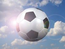 Voetbalbal tegen de hemel royalty-vrije stock fotografie