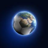 Voetbalbal in vlammen die in Aarde omzetten royalty-vrije illustratie
