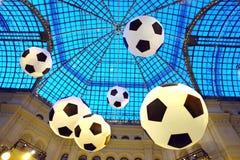 Voetbalballen die in de lucht in de ruimte een glasdak hangen Royalty-vrije Stock Afbeelding