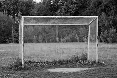 Voetbaldoel op het gebied in bos zwart-wit Stock Fotografie