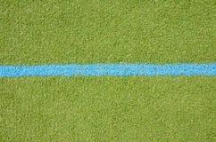 Voetbalgazon met blauw steegteken Stock Foto