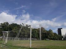 Voetbalgebied in blauwe hemel Royalty-vrije Stock Foto