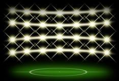 Voetbalgebied in dark met schijnwerperachtergrond Stock Fotografie