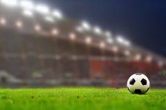 Voetbalgebied en stadion met ventilators de nacht vóór de gelijke, s stock foto's