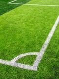 Voetbalgebied, hoekkant, van synthetisch gazon wordt gemaakt dat stock fotografie