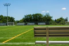 Voetbalgebied met bank op een zonnige dag Royalty-vrije Stock Afbeeldingen
