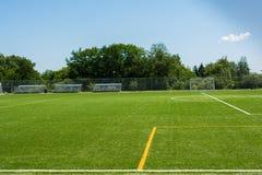 Voetbalgebied met bleachers op een zonnige dag Royalty-vrije Stock Afbeelding