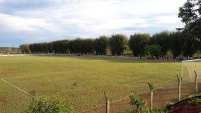 Voetbalgebied met bomen rond het stock fotografie