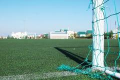 Voetbalgebied met kunstmatig gras bij de schoolwerf Stock Afbeelding