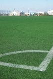 Voetbalgebied met kunstmatig groen gras en het merken van lijnen bij de hoek Royalty-vrije Stock Foto's