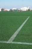 Voetbalgebied met kunstmatige groene oppervlakte en het merken van lijnen Royalty-vrije Stock Foto's