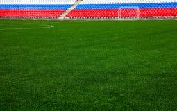 Voetbalgebied met tribunes stock afbeelding