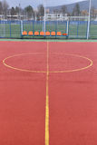 Voetbalgebied van rood korrelrubber dat wordt gemaakt Voetbalgebied backgr Stock Fotografie