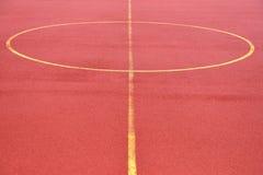 Voetbalgebied van rood korrelrubber dat wordt gemaakt Voetbalgebied backgr Stock Foto's