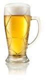Voetbalglas licht die bier met dalingen op wit worden geïsoleerd. Knippende weg Royalty-vrije Stock Foto