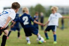 Voetbaljonge geitjes stock fotografie