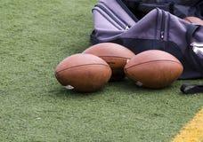 Voetballen en Duffle-Zak op de Zijlijnen royalty-vrije stock afbeeldingen