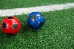 Voetballen op kunstmatig gras Royalty-vrije Stock Foto