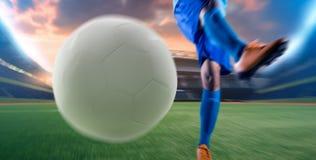 Voetballer in de bal van de actieschop bij stadion Royalty-vrije Stock Foto's