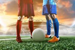 Voetballer in de bal van de actieschop bij stadion Royalty-vrije Stock Fotografie