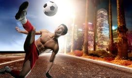 Voetballer in de stad royalty-vrije stock fotografie