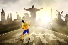 Voetballer die de bal leiden aan Brazilië Stock Foto